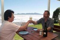 fishermans table bernard toasting Fishermans Table   Ein besonderes Fischrestaurant in Neuseeland